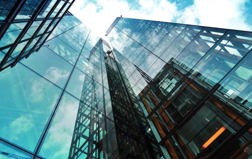 Blick von Unten in den Himmel auf ein Gebäude