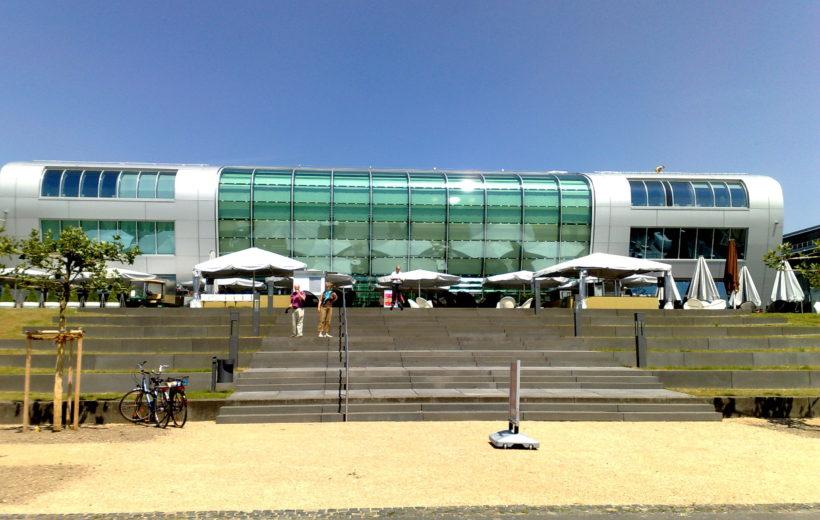 Modernes Gebäude aus der front Ansicht