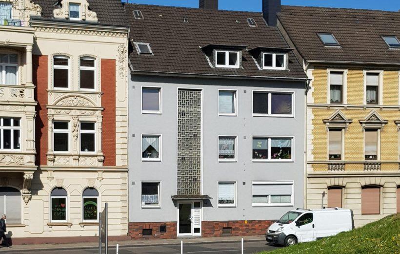 Mehrfamilienhäuser mit der Sicht von vorne
