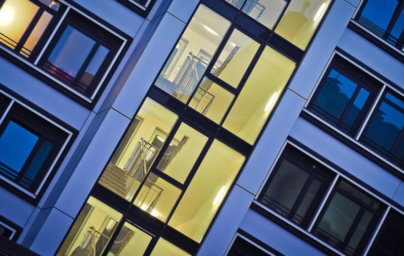 Gebäude beleuchtet vom Hausflur